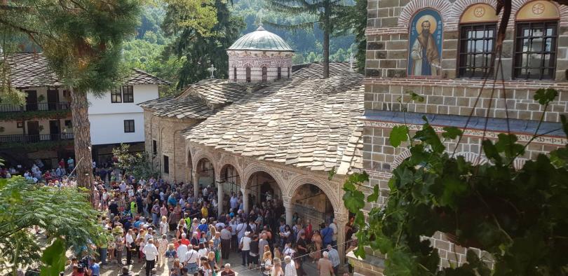 снимка 1 Стотици се поклониха пред чудотворната икона на Богородица в Троянския манастир