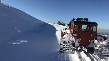 Разчистват снега от Троянския проход, преспите на места са до 4 метра