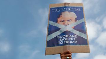 Доналд Тръмп беше посрещнат с бурни протести в Шотландия