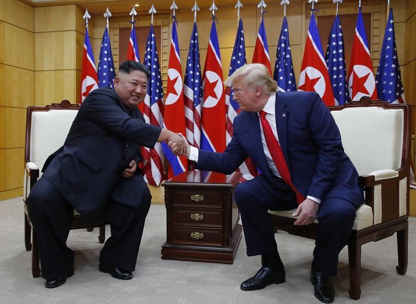 снимка 2 Тръмп влезе в Северна Корея за среща с Ким Чен Ун