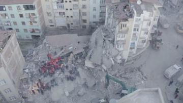Десетки са извадени живи изпод руините след труса в Източна Турция
