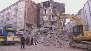12 души са извадени изпод руините след силното земетресение в Турция