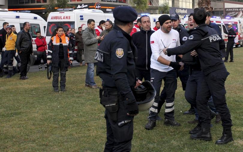 Микробус, превозващ нелегални мигранти, се вряза в стена в турската
