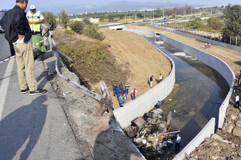 19 души, включително деца, загинаха след като камион, превозващ мигранти,