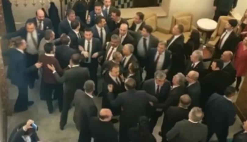 Сблъсъци между депутати в турския парламент. Представители на опозиция и