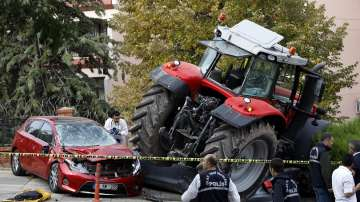 Трактор пред парламента създаде паника в Анкара