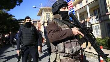 Мъжът, взел заложници в Истанбул, заплашва да се самоубие