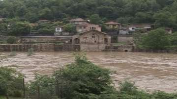 Наводнени къщи и дворове в търновските села Шемшево и Леденик