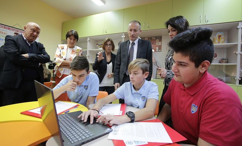 МОН обмисля финансиране на всички училища, желаещи електронен дневник