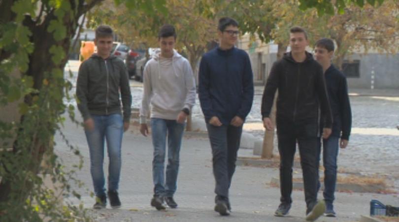 Петимата ученици от Националната финансово-стопанска гимназия, които намериха и занесоха