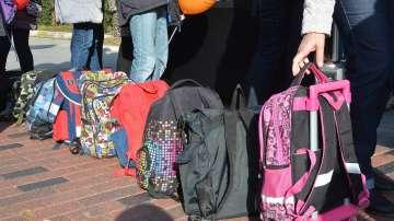 Бягане с ученически раници в очакване на решение за тяхното облекчаване