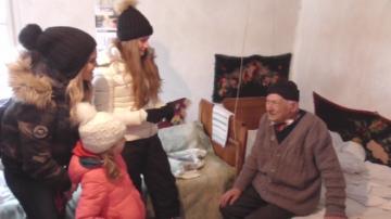 Младежи от столично училище помагат на възрастни хора в обезлюдени села
