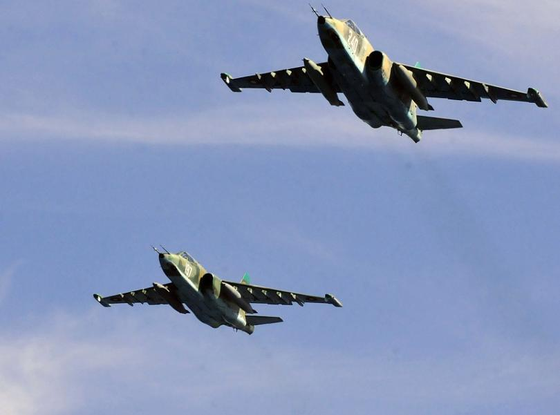 Двойка щурмовици Су-25 симулираха атака над плавателен съд