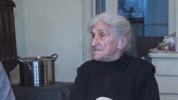 90-годишна бивша учителка по математика помага на ученици