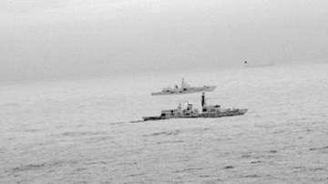 Британска фрегата ескортира руски военен кораб