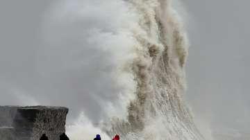 Силен вятър и огромни вълни по бреговете на Франция и Великобритания