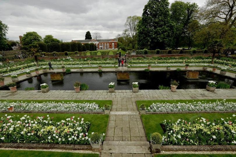 снимка 1 Бяла градина в памет на принцеса Даяна откриха до двореца Кенсингтън (ГАЛЕРИЯ)