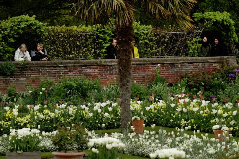 снимка 3 Бяла градина в памет на принцеса Даяна откриха до двореца Кенсингтън (ГАЛЕРИЯ)