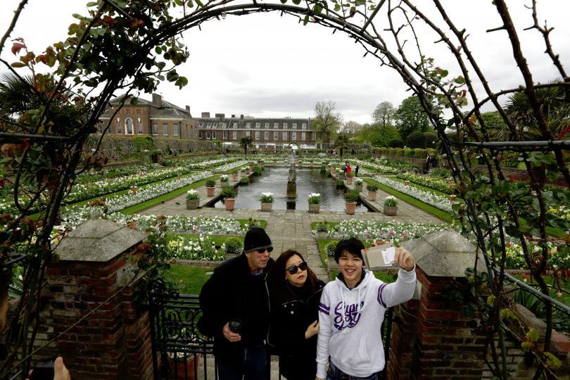 снимка 4 Бяла градина в памет на принцеса Даяна откриха до двореца Кенсингтън (ГАЛЕРИЯ)