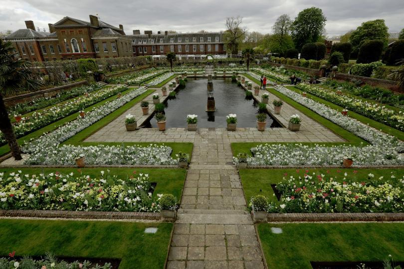 снимка 5 Бяла градина в памет на принцеса Даяна откриха до двореца Кенсингтън (ГАЛЕРИЯ)