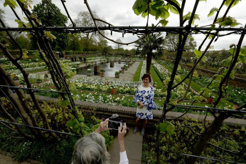 снимка 6 Бяла градина в памет на принцеса Даяна откриха до двореца Кенсингтън (ГАЛЕРИЯ)