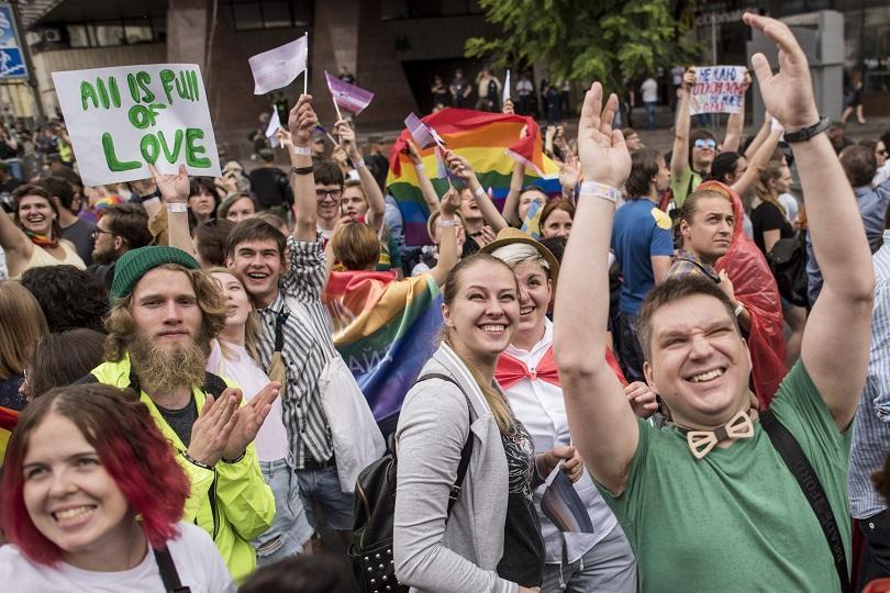 Стотици представители на ЛГБТ-общността в Украйна и депутати от Върховната