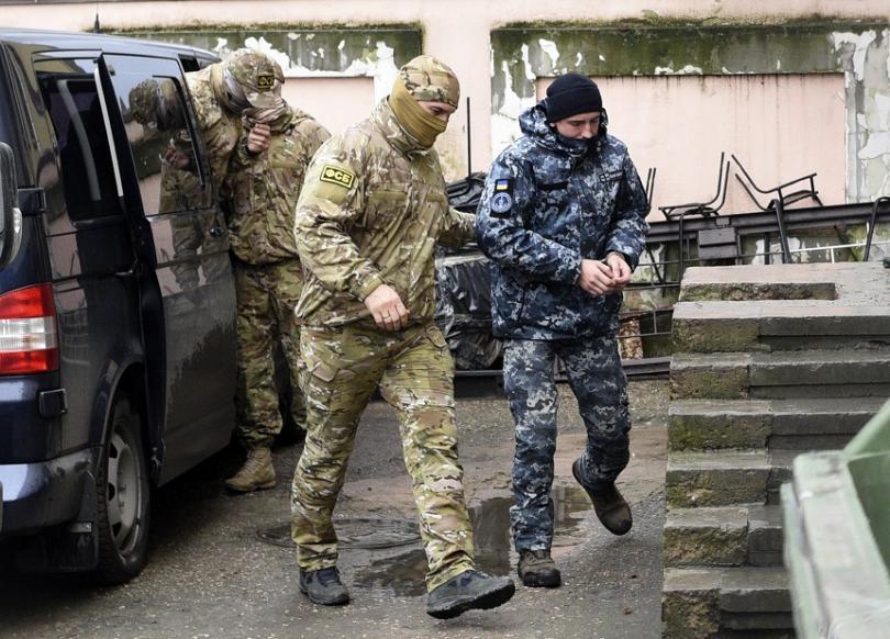 Украински моряк е ескортират от руските сили на реда до съдебна зала в Симферопол
