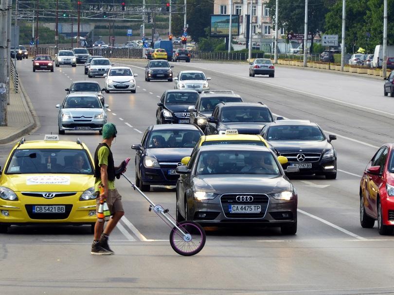 снимка 1 Уличен артист забавлява шофьорите на централно кръстовище в София