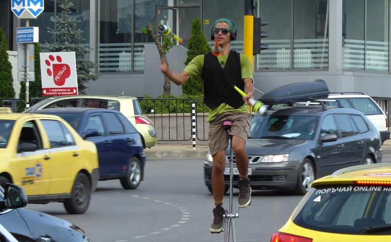 уличен артист забавлява шофьорите централно кръстовище софия