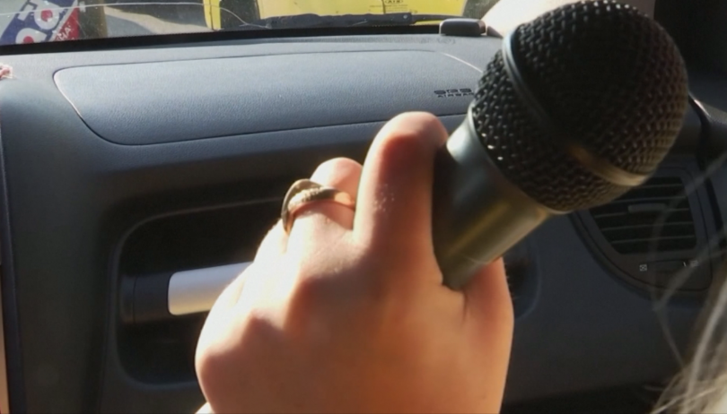 Снимка: Караоке такси вози пътници срещу песен