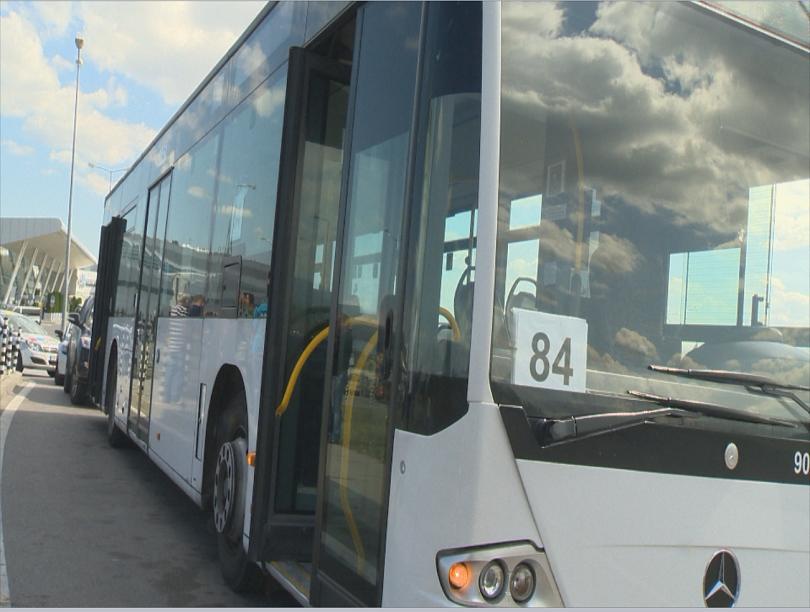 снимка 1 Инцидент между автобус и автомобил в района на Терминал 2
