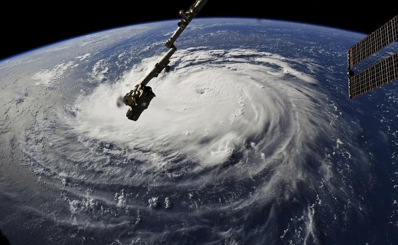 ураганът флорънс наближава източното крайбрежие близките щати евакуират