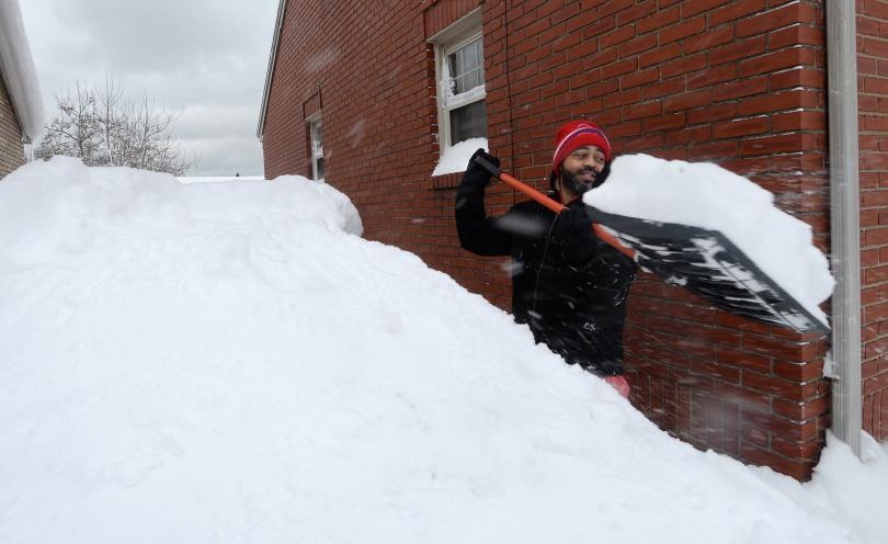 Рекордни количества сняг паднаха в пенсилванския град Ери, съобщи националната