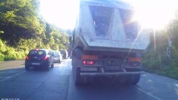 Тежкотоварен автомобил се движи по забранен път