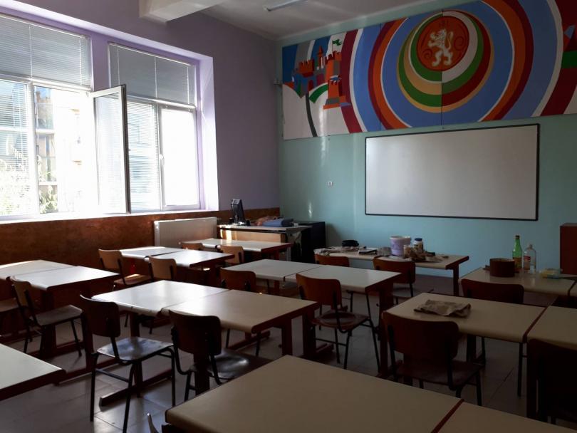 снимка 5 Ученици от Горна Оряховица сами обновиха кабинета си по история