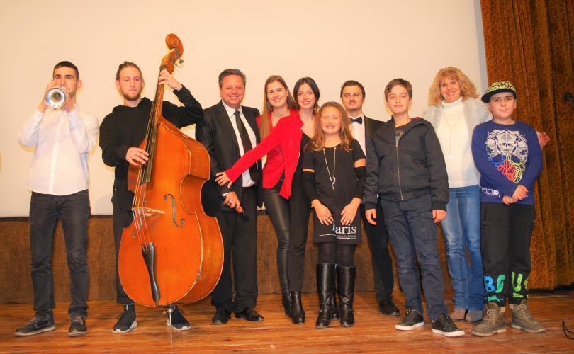 След успешния финал на концерта артистите се снимат с хора от публиката