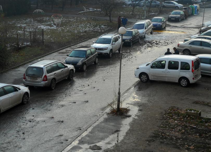 снимка 1 Вода извира от автомобил