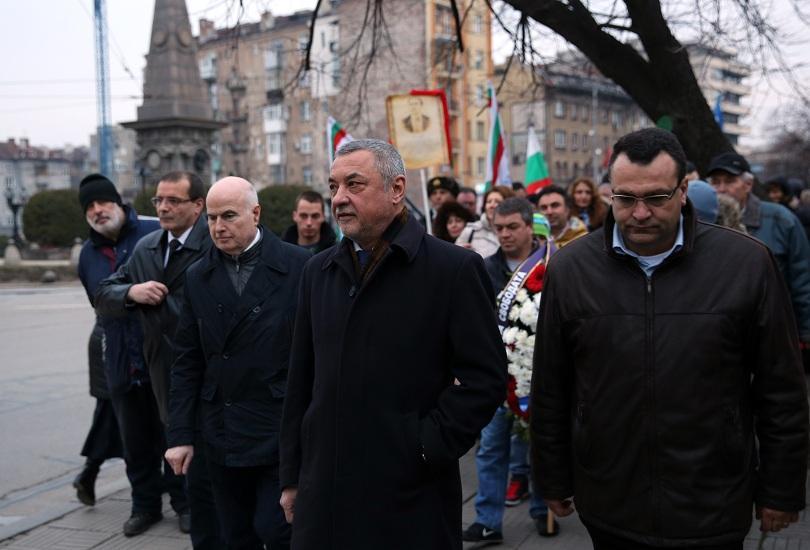 Пред паметника на Васил Левски в София хората започнаха да