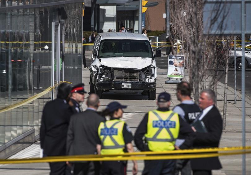 Най-малко 10 души са загинали, а 15 са ранени, след