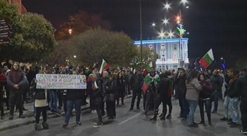 И тази вечер протести във Варна. Протестиращите се събраха на