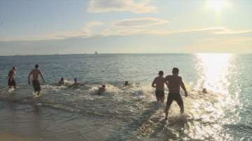 Варненци пренебрегнаха ниските температури и се гмурнаха в морето
