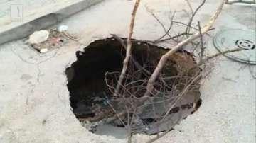 След пороя във Варна: Огромни дупки затрудняват движението