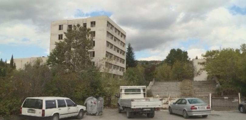 Крадци разграбват бившето поделение на Строителни войски във варненския квартал