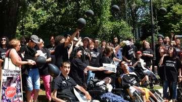 Родители на деца с увреждания с палаткови лагери в знак на протест