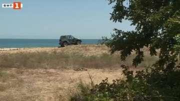 Автомобили паркират върху дюните на плажа край Шкорпиловци
