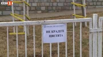 Във Варна се опитват да спрат кражбите на цветя с предупредителни табели