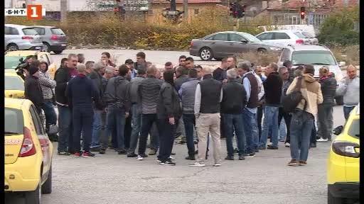 Таксиметрови шофьори протестираха във Варна с искане за по-високи тарифи.