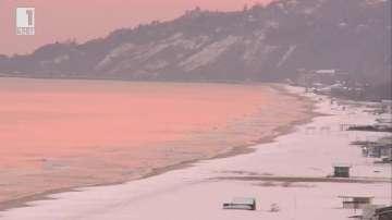 Морският бряг очарова със зимна картина (ВИДЕО)