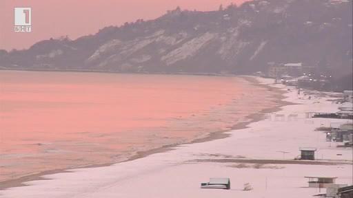 В курорта Албена, където плажната ивица беше покрита със сняг,