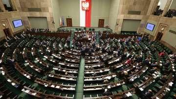 Протести във Варшава блокираха управляващите в парламента до сутринта